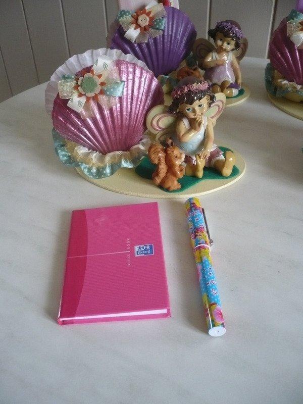 Des portes carnet coquilles avec le carnet et le stylo .