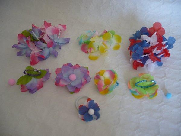 Des élastiques pour cheveux avec les fleurs de couronne hawaïen