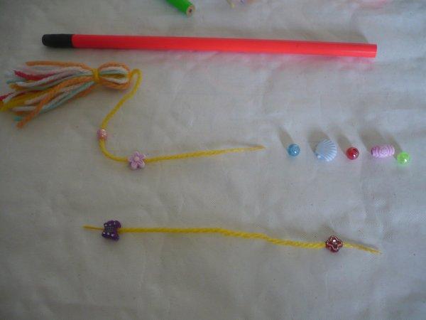 Un crayon gris pompon et perles