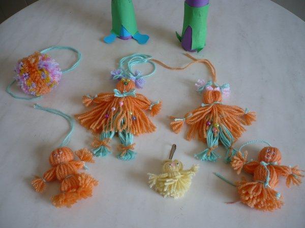 Des personnages bizarres et des poupées de laine ....
