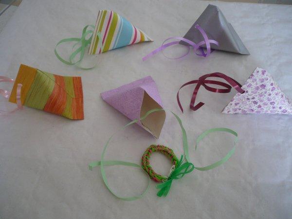 Des paquets cadeaux en forme de berlingot .