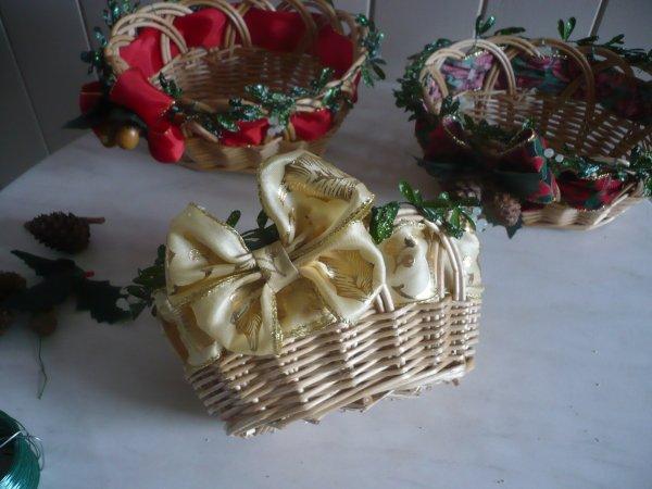 Décorer des corbeilles pour Noel .