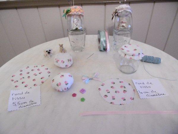 Des petits pots de yaourt en verre transformés en pique-aiguilles