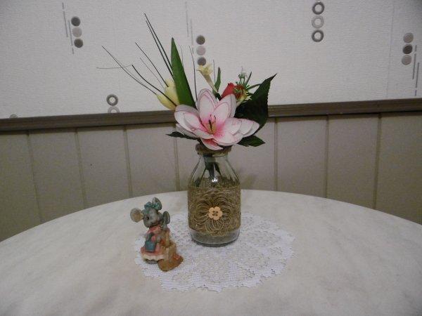 des petites bouteilles en verre transform es en vase. Black Bedroom Furniture Sets. Home Design Ideas