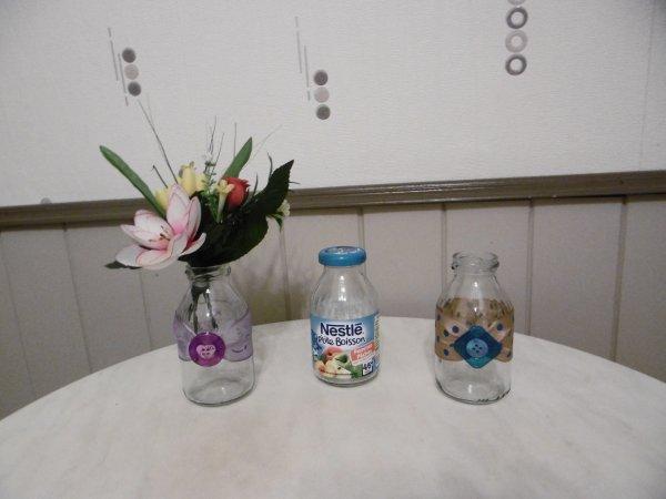 Des petites bouteilles en verre transformées en vase .