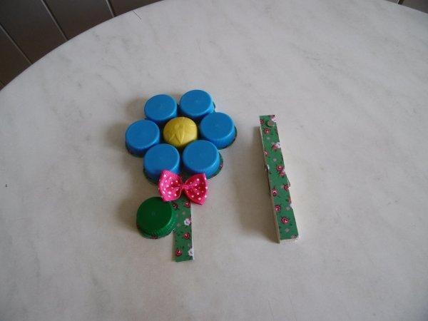 Une magnet en forme de fleur avec des bouchons