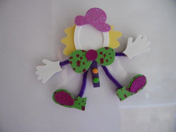 Un clown pense-bête avec des pinces à linge