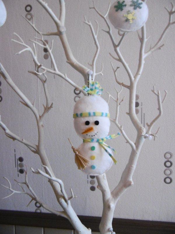 Des boules de Noel avec des cotons à démaquiller