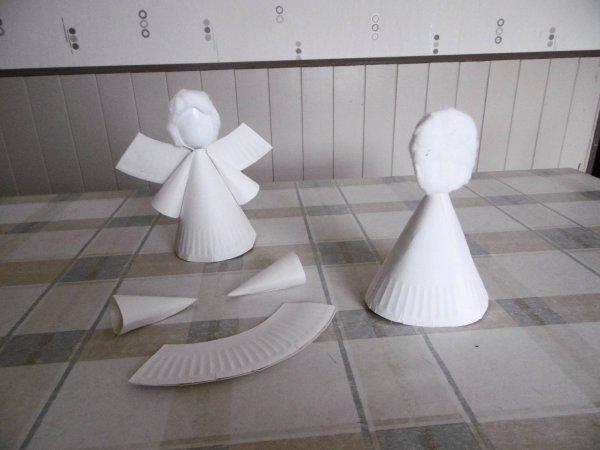 Un ange avec une assiette en carton et une cuillère en plastique .