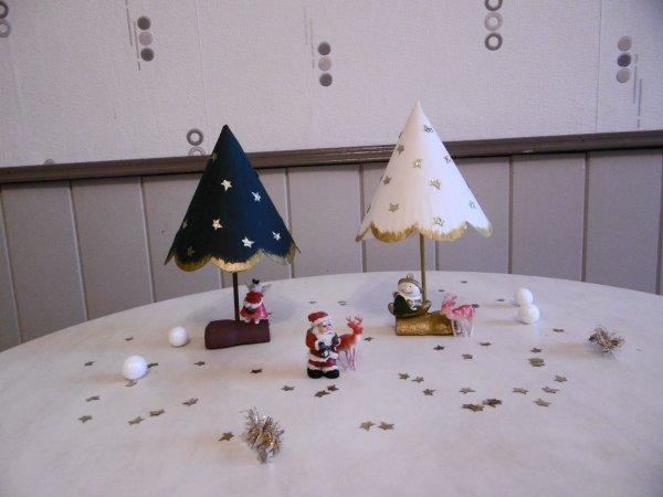 Des Petits Sapins Avec Une Assiette En Carton Et Un