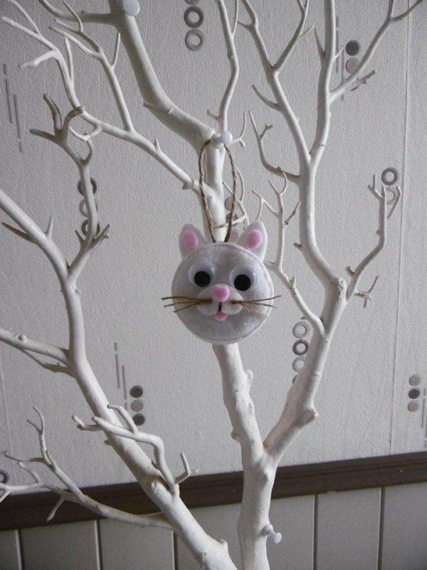 Une tête de chat avec des cotons à démaquiller .