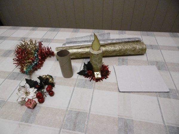 Une bougie avec le rouleau en carton du papier toilette .