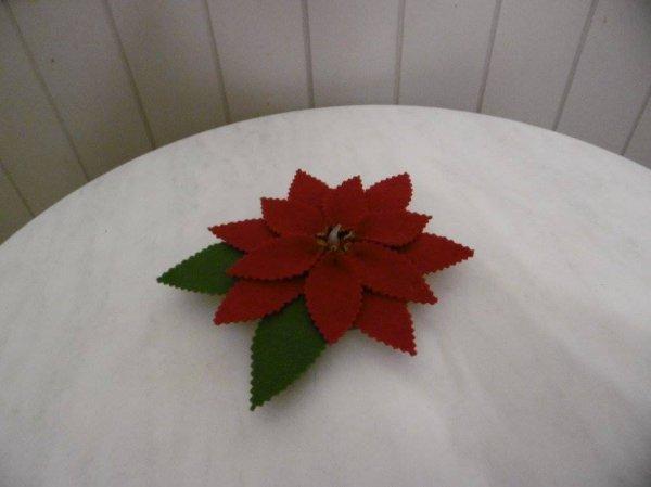 Un poinsettia ou étoile de Noel en feutrine .