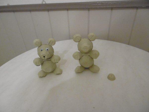 Un petit ours dans un plateau à alvéoles pour ½ufs
