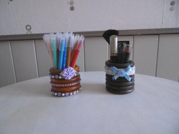 Un pot avec des anneaux de rideaux en bois .