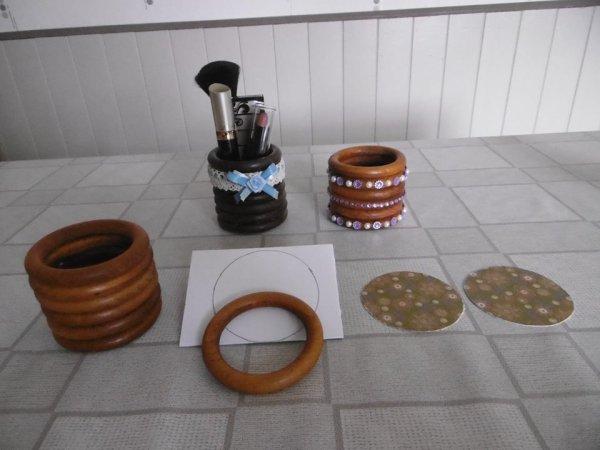 un pot avec des anneaux de rideaux en bois les p 39 tites. Black Bedroom Furniture Sets. Home Design Ideas