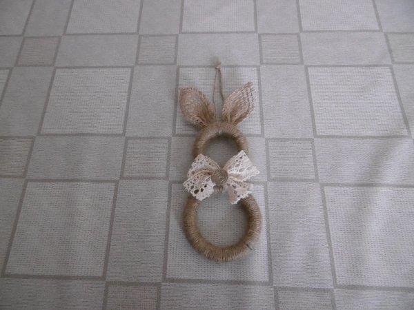 Un lapin avec des anneaux de rideaux en bois