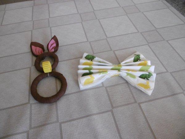 Un porte serviette lapin avec des anneaux de rideaux en bois