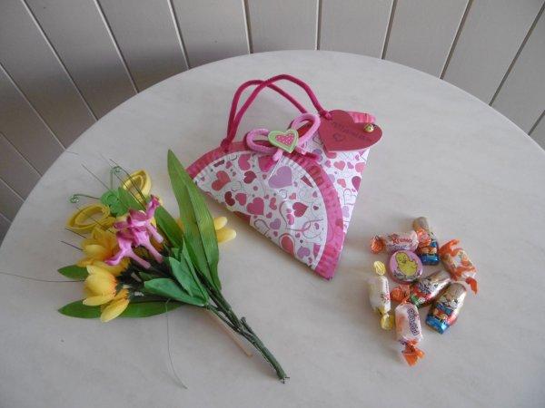 Un petit sac réalisé avec des assiettes en carton .