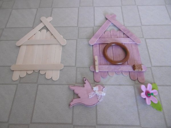 Un nichoir avec des bâtonnets en bois