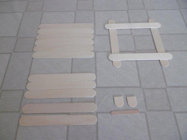Un cadre photo avec des bâtonnets en bois .