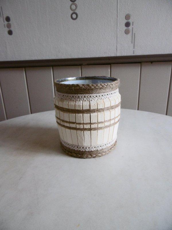 Un pot décoratif avec une boite de conserve ,