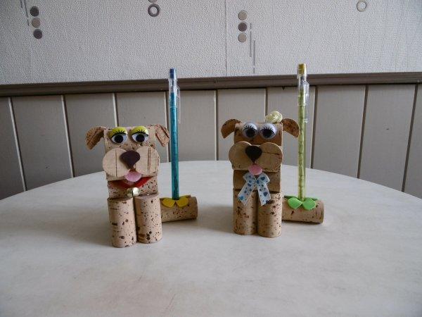 Un  petit chien porte stylo avec des bouchons de liège .
