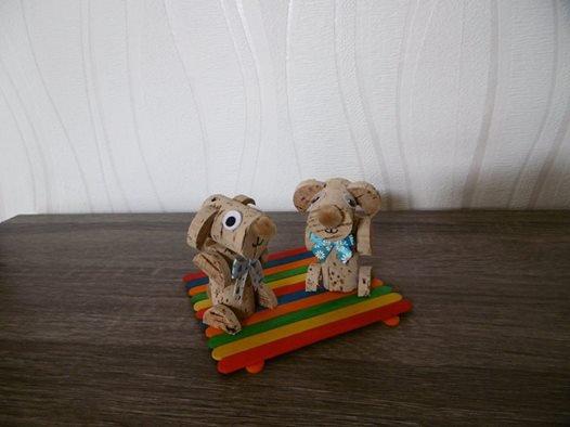 2 petits chiens rigolos avec des bouchons de liège