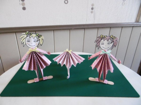 Des poupées et une ombrelle de papier