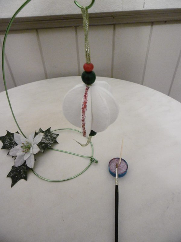 Une boule de Noel  avec des cotons à démaquiller