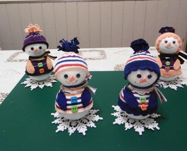 Des bonhommes de neige avec des boules en polystyrène et des socquettes