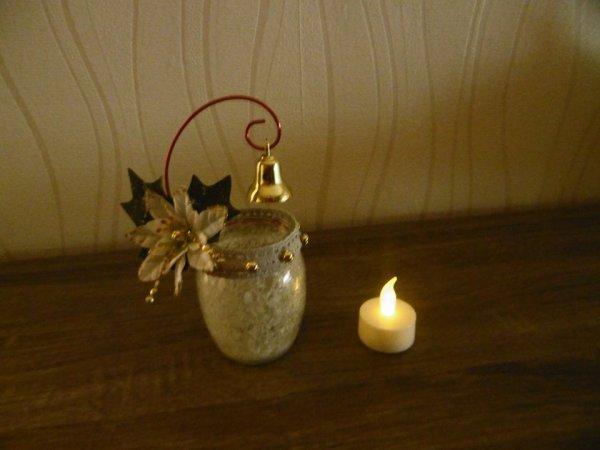 Une lanterne avec un pot en verre