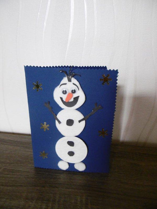 Une carte , Olaf avec des cotons à démaquiller