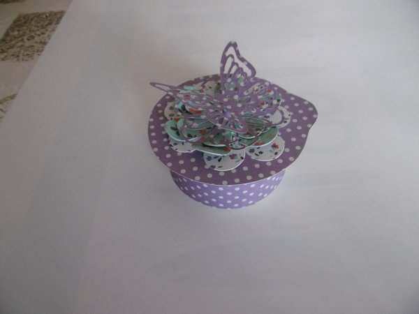 Une boite cadeau avec un pot de yaourt