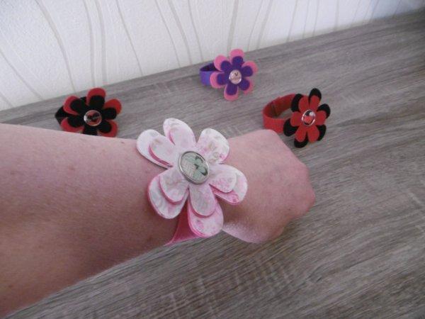 Un Bracelet de fleurs en feutrine .