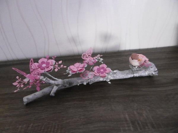 Sur la branche fleurie , l'oiseau s'est perché ....