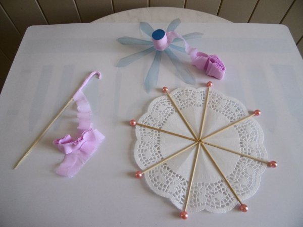 Une ombrelle en dentelle avec un napperon de papier