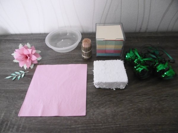 Un centre de table avec des feuilles d'un bloc note papier .