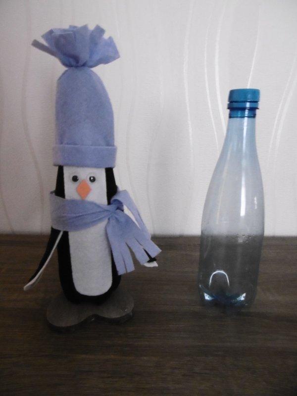 Un pingouin avec une bouteille en plastique .