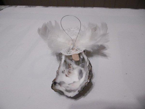 Un ange avec une coquille d'huître .