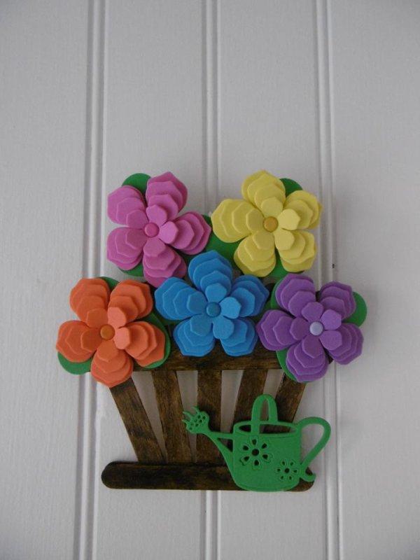 Un pot de fleurs avec des bâtonnets en bois .