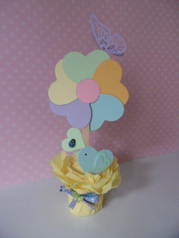 la fleur et l'oiseau avec des c½urs en carton  .