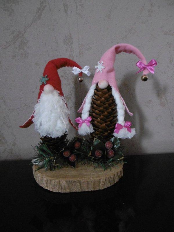 Des Gnomes avec une pomme de pin