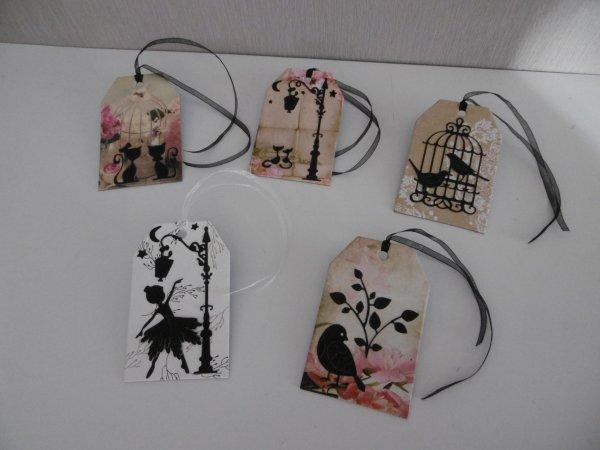Customiser des cartes tags avec des découpes .