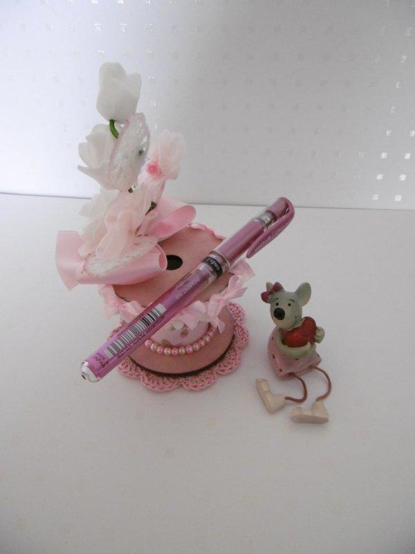 Un porte stylo avec une bobine en bois décors Shabby .