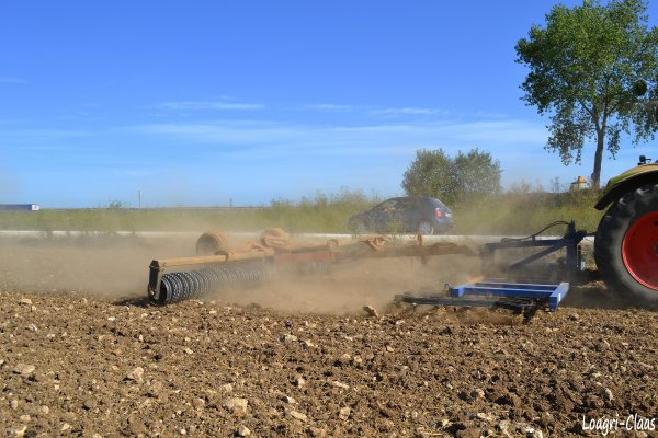 Préparations des Terres 2012 --> --> Claas Axion 820