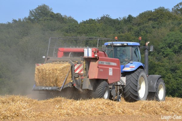Pressage de la Paille 2012 --> --> New-Holland T 8030