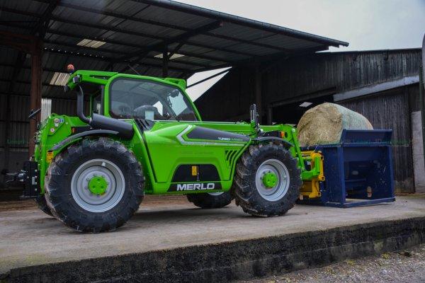 Nouveau Merlo TF 35.7 à la ferme au déroulage de botte