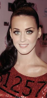 """Comme prévu Katy était avec Russel à la cérémonie des MTV EMA 2010. Photos;  Apparences, Performances & show.Elle a remportée le prix du """" Meilleur clip vidéo """" avec 'California Gurls."""