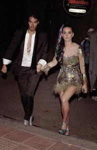 07/11/10; Katy sortait d'un restaurant à Madrid en compagnie de son mari & de Rihanna.  Cliquez sur les images pour voir les photos ;)